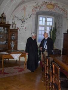 Pater Miksa und Prof. Mittler im Gespräch