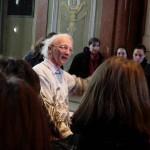 Prof. Gamillscheg mit kostbaren Handschriften