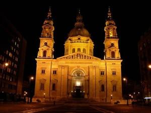 Die Stephanskirche bei Nacht